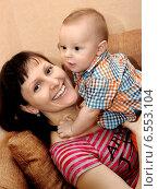 Купить «Молодая мама с маленьким ребенком», фото № 6553104, снято 17 октября 2014 г. (c) Виктор Топорков / Фотобанк Лори