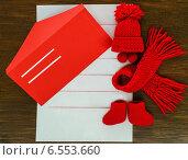 Купить «Новогодняя открытка- письмо с конвертом и стилизованным красным нарядом для снеговика на деревянном фоне с местом для текста», фото № 6553660, снято 18 октября 2014 г. (c) Marina Kutukova / Фотобанк Лори