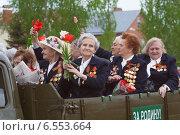 """Женщины - ветераны на параде 9 мая в кузове полуторки с надписью """"За Родину !"""". г.Курск (2010 год). Редакционное фото, фотограф Эдуард Данилов / Фотобанк Лори"""