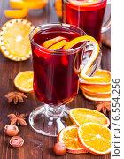 Купить «Горячий глинтвейн с апельсиновыми дольками», фото № 6554256, снято 19 октября 2014 г. (c) Наталия Пыжова / Фотобанк Лори