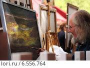 Художник рисует картину на Монмартре в Париже (2007 год). Редакционное фото, фотограф Дмитрий Богословский / Фотобанк Лори