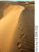Следы ног человека на вершине песчаной дюны в пустыне (2012 год). Стоковое фото, фотограф Михаил Коханчиков / Фотобанк Лори