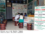 Купить «Туристы в офисе агентства. Вьетнам», фото № 6561280, снято 5 июля 2014 г. (c) Александр Подшивалов / Фотобанк Лори