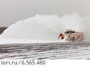 Купить «Очистка взлетно-посадочной полосы от снега снегоуборочной машиной», фото № 6565480, снято 21 октября 2014 г. (c) Владимир Мельников / Фотобанк Лори
