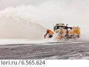Купить «Очистка взлетно-посадочной полосы от снега снегоуборочной машиной», фото № 6565624, снято 21 октября 2014 г. (c) Владимир Мельников / Фотобанк Лори