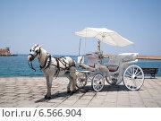 Карета с лошадью на набережной на острове Крит, Греция (2012 год). Стоковое фото, фотограф Виктория Кузьменко / Фотобанк Лори