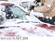 Купить «closeup of man cleaning snow from car», фото № 6567204, снято 16 января 2014 г. (c) Syda Productions / Фотобанк Лори