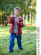 Купить «Маленький мальчик показывает приемы карате в парке», фото № 6573980, снято 20 сентября 2014 г. (c) Кекяляйнен Андрей / Фотобанк Лори
