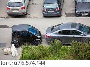 Купить «Маленький автомобиль, припаркованный на небольшом участке на тротуаре», фото № 6574144, снято 28 августа 2014 г. (c) Кекяляйнен Андрей / Фотобанк Лори