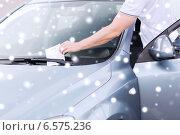 Купить «close up of man with parking ticket on car», фото № 6575236, снято 5 июля 2013 г. (c) Syda Productions / Фотобанк Лори