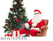 Купить «man in costume of santa claus with laptop», фото № 6575572, снято 10 сентября 2014 г. (c) Syda Productions / Фотобанк Лори