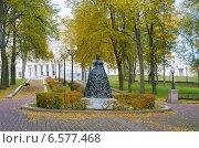 Купить «Скульптура дамы - посетительницы Большого театра, Минск, Беларусь», фото № 6577468, снято 9 октября 2014 г. (c) Ирина Балина / Фотобанк Лори