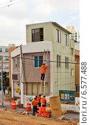 Купить «Ремонтники проводят малярные работы на улице города Пусан, Южная Корея», фото № 6577488, снято 26 сентября 2014 г. (c) Иван Марчук / Фотобанк Лори