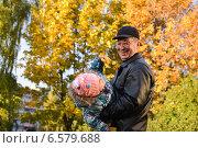 Дедушка с внучкой в осеннем парке. Стоковое фото, фотограф Абызова Елена / Фотобанк Лори