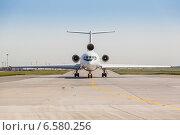 Купить «Белый реактивный самолет на взлетной полосе», фото № 6580256, снято 28 января 2020 г. (c) Mikhail Starodubov / Фотобанк Лори