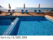 Купить «Бассейн с голубой водой с видом на море», фото № 6580384, снято 10 октября 2014 г. (c) Яна Королёва / Фотобанк Лори