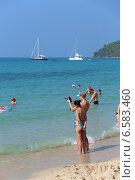 """Парень и девушка фотографируются на берегу моря. Пляж """"Голубая лагуна"""" (Сай Кео, Sai keaw Beach или Военный пляж). Паттайя, Королевство Таиланд (2014 год). Редакционное фото, фотограф Григорий Писоцкий / Фотобанк Лори"""
