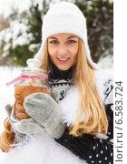 Купить «Улыбающаяся женщина держит банку с печеньем в руках», фото № 6583724, снято 15 декабря 2012 г. (c) Дарья Петренко / Фотобанк Лори