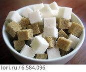 Купить «Кубики тростникового и обычного сахара», фото № 6584096, снято 1 июля 2014 г. (c) Вячеслав Палес / Фотобанк Лори