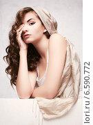 Кудрявая девушка с изящным макияжем. Стоковое фото, фотограф Яна Застольская / Фотобанк Лори