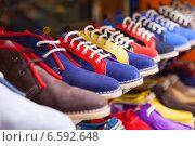 showcase with casual shoes. Стоковое фото, фотограф Яков Филимонов / Фотобанк Лори