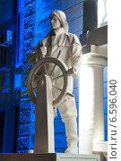 Купить «Скульптура Рыбака у дворца культуры (моряков) в Туапсе», фото № 6596040, снято 13 сентября 2013 г. (c) Дмитрий Шульгин / Фотобанк Лори