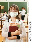 Купить «Школьница в медицинской противовирусной маске», фото № 6598208, снято 24 февраля 2019 г. (c) Владимир Мельников / Фотобанк Лори