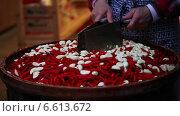 Женские руки рубят ножами перец и чеснок. Стоковое видео, видеограф Кирилл Трифонов / Фотобанк Лори
