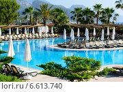 Купить «Красивый бассейн в тропическом отеле», фото № 6613740, снято 21 июня 2014 г. (c) Володина Ольга / Фотобанк Лори