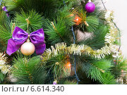 Купить «Новогодний шар с бантом на рождественской елке с гирляндами», фото № 6614340, снято 29 декабря 2013 г. (c) Евгений Ткачёв / Фотобанк Лори
