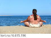 Купить «Женщина с избыточным весом занимается йогой на пляже», фото № 6615196, снято 15 марта 2014 г. (c) Михаил Коханчиков / Фотобанк Лори