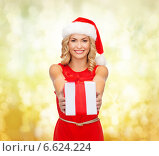 Купить «smiling woman in santa helper hat with gift box», фото № 6624224, снято 27 сентября 2013 г. (c) Syda Productions / Фотобанк Лори
