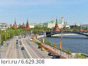 Вид на Пречистенскую набережную, Москва-реку и Кремль (2014 год). Редакционное фото, фотограф Валерия Попова / Фотобанк Лори
