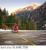 Красный вертолет приземлился на вертодроме на Юнгфрау, Швейцария (2013 год). Стоковое фото, фотограф Роман Бабакин / Фотобанк Лори
