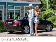 Мужчина и красивая молодая девушка около роскошного автомобиля (2014 год). Редакционное фото, фотограф Катерина Вахе / Фотобанк Лори