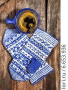 Купить «Кофе в синей кружке и теплые рукавички на старом дощатом фоне», фото № 6653936, снято 12 ноября 2014 г. (c) Наталья Осипова / Фотобанк Лори