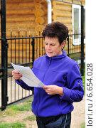 Купить «Женщина с документами на покупку дома», эксклюзивное фото № 6654028, снято 14 сентября 2014 г. (c) Юрий Морозов / Фотобанк Лори