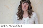 Купить «Портрет девушка с вьющимися волосами, стоящей около стены и смотрящей в камеру», видеоролик № 6662224, снято 10 ноября 2014 г. (c) Кекяляйнен Андрей / Фотобанк Лори