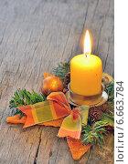 Купить «Горящая рождественская свеча на деревянном столе», фото № 6663784, снято 16 ноября 2012 г. (c) Iordache Carmen Anne Marie / Фотобанк Лори