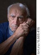 Одинокий старик. Стоковое фото, фотограф Владимир Вдовиченко / Фотобанк Лори