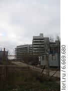 Купить «Въезд на территорию недостроенной больницы в Ховрине (Москва)», эксклюзивное фото № 6669680, снято 16 ноября 2014 г. (c) Наталья Федорова / Фотобанк Лори