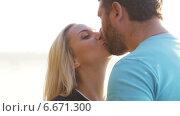Купить «Мужчина и женщина целуются», видеоролик № 6671300, снято 14 ноября 2014 г. (c) Потийко Сергей / Фотобанк Лори