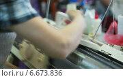 Купить «Женщина работает на полуавтоматической вязальной машине», видеоролик № 6673836, снято 18 июня 2013 г. (c) Гурьянов Андрей / Фотобанк Лори