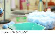 Купить «Женщина обрезает помпон из ниток», видеоролик № 6673852, снято 18 июня 2013 г. (c) Гурьянов Андрей / Фотобанк Лори