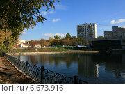 Купить «Москва. Пруд на Часовой», фото № 6673916, снято 2 октября 2014 г. (c) Анна Павлова / Фотобанк Лори