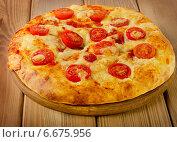 Купить «Homemade Italian pizza with tomatoes», фото № 6675956, снято 12 ноября 2014 г. (c) Tatjana Baibakova / Фотобанк Лори
