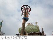 Купить «Мужчина пытается схватить подарок на столбе во время масленичных забав на площади в Измайловском кремле в праздник Масленицы, Москва», фото № 6678072, снято 17 марта 2013 г. (c) Николай Винокуров / Фотобанк Лори