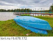 Купить «Лодки лежат на берегу Валдайского озера в пасмурный день», фото № 6678172, снято 7 апреля 2020 г. (c) FotograFF / Фотобанк Лори