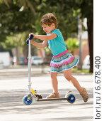 Купить «4 years old girl staying with scooter», фото № 6678400, снято 7 июня 2014 г. (c) Яков Филимонов / Фотобанк Лори