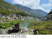 Котелки на огне на фоне Баргузинского хребта, озеро Байкал. Стоковое фото, фотограф Пыткина Альбина / Фотобанк Лори